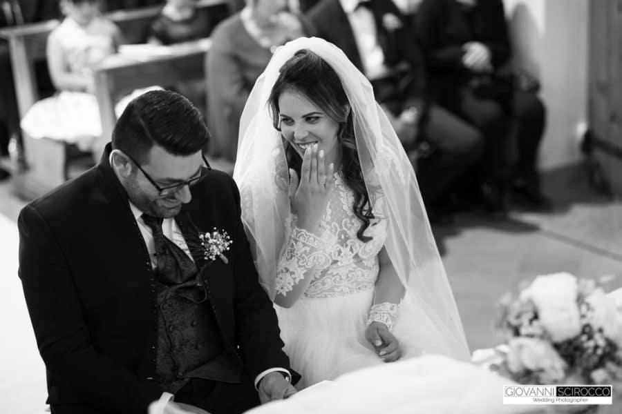 sposi sorridenti e felici in chiesa